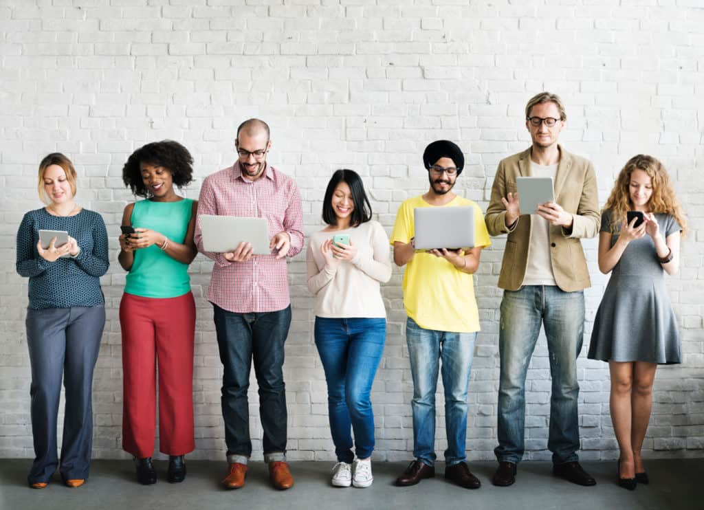 illustration de personnes de 7 personnes de profils différents utilisant un support digital pc smartphone tablette